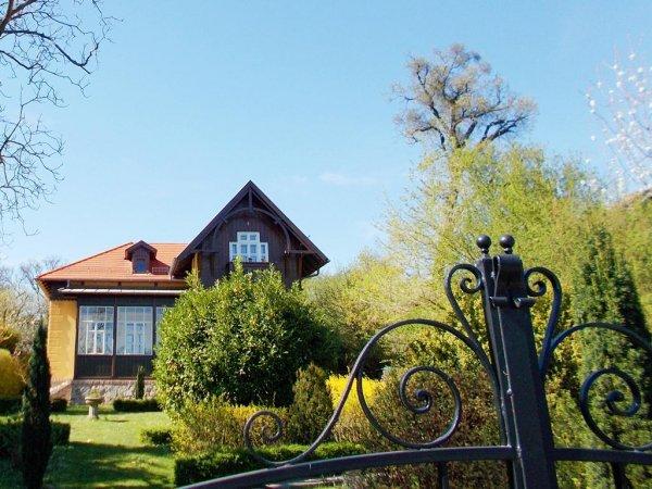 Soproni Lővérek a XIX. századi Villa sorral és élősövényes labirintusával