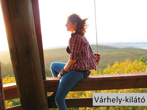 Várhely-kilátó a Ciklámen-tanösvény mellett csodálatos kilátással a Soproni-hegyvidékre