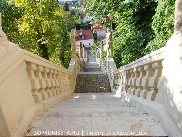 300 éves lépcső a Pálosok terétől a pálos kolostorig.