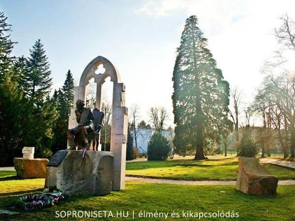 A soproni Erzsébet-kert a helyiek kedvenc pihenőparkja. Kerékpárral is körbejárhatjuk.