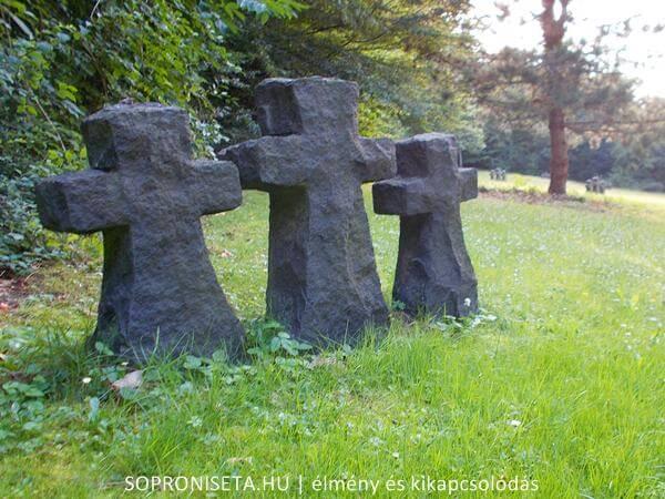 I. és II. világháborúban elhunyt katonák sírhelyei a sopronbánfalvai katonai temetőben.