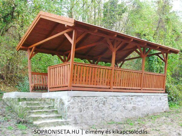 Fedett pihenőhely a Szalamandra-tó mellett. Így esőben sem ázunk el.