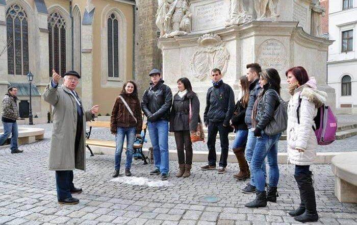 Idegenvezetés Sopron belvárosában a Fő téren Kiss János idegenvezetővel