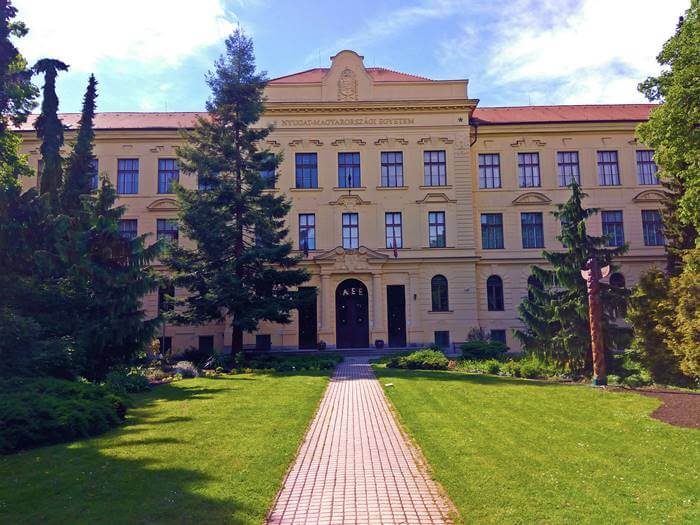 Soproni (Erdészeti) Egyetem főépülete a Botanikus Kertben